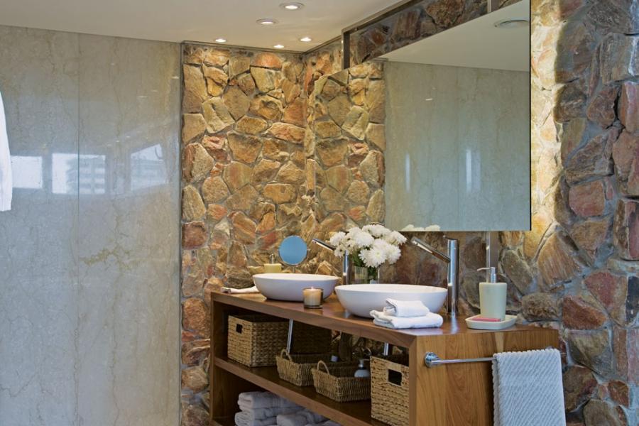 Un ba o decorado con piedra y madera entiendes for Banos decorados con piedra