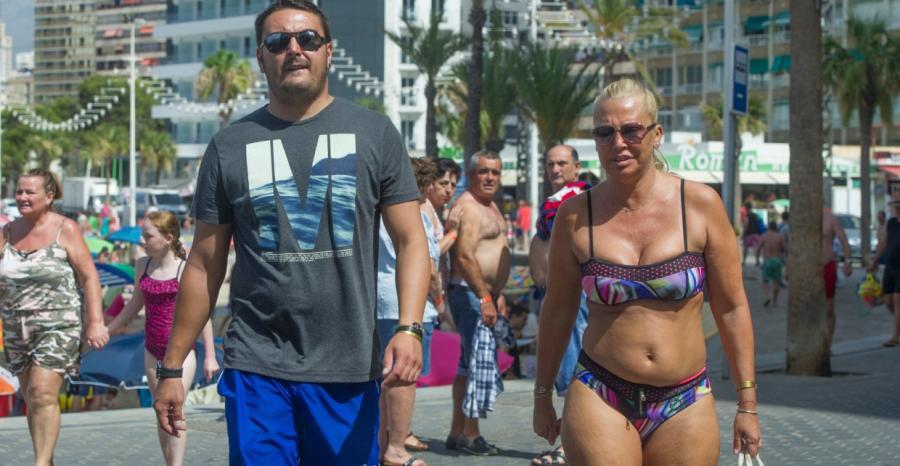 Salvame Salvame Belén Esteban pasea su cuerpo serrano en bikini por las calles de Benidorm
