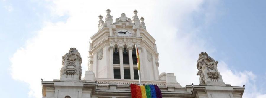 Actualidad Actualidad La bandera LGTBI ya ondea en el Ayuntamiento de Madrid por el World Pride 2017