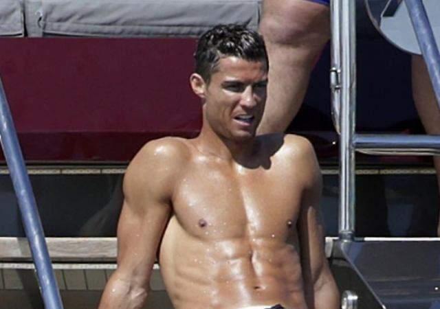 Actualidad Actualidad El guiño de Cristiano Ronaldo al Orgullo Gay: luce la bandera arcoiris en su bañador