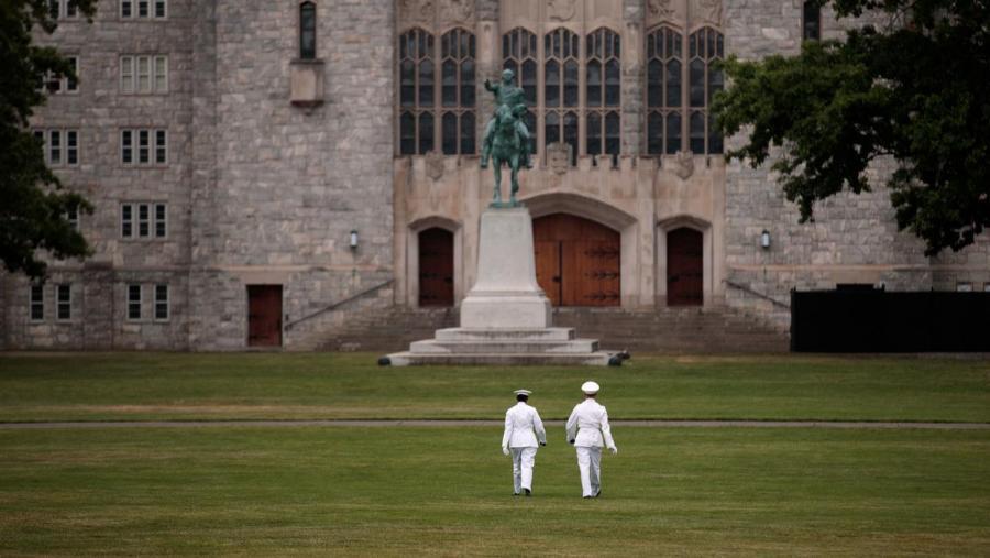 Actualidad Actualidad Pareja de capitanes del Ejército se casó en inédita boda gay en la academia militar de West Point